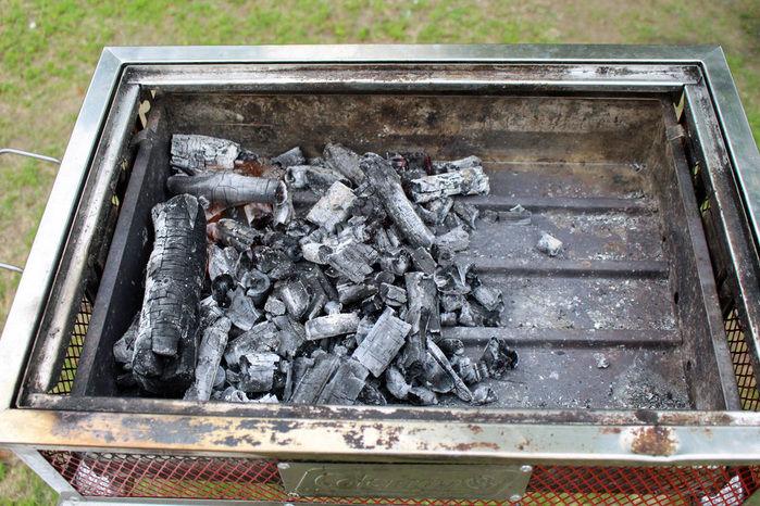 左側に寄せられた鎮火した炭