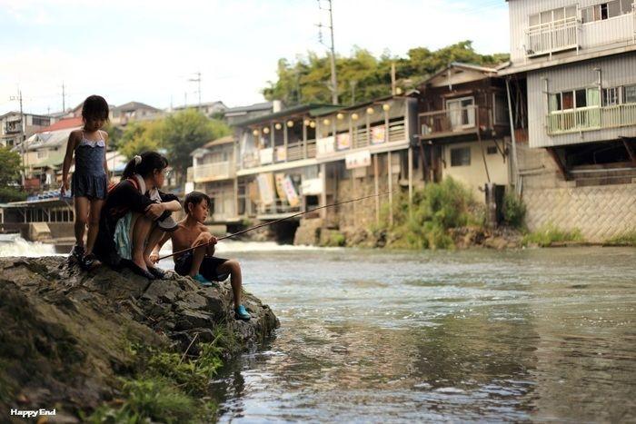 飯能河原で釣りを楽しむ子供たち