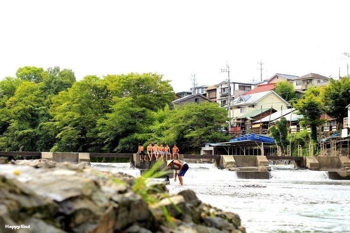 飯能河原の橋に座る人々