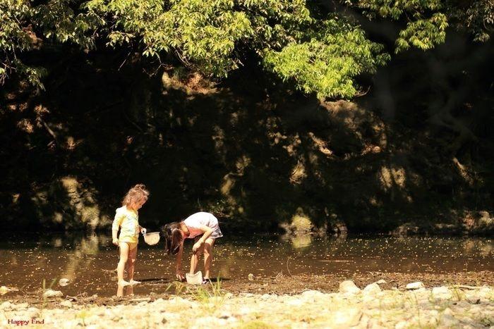 川の浅瀬で遊ぶ子供
