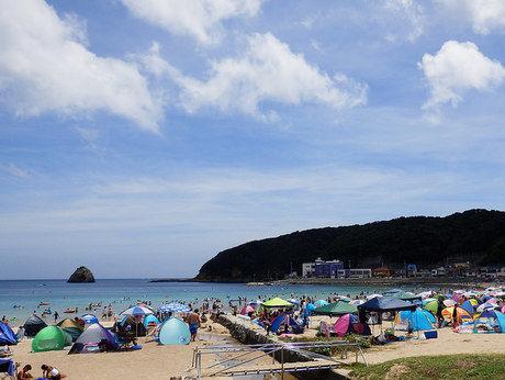 外浦海水浴場で人々が海水浴を楽しむ様子