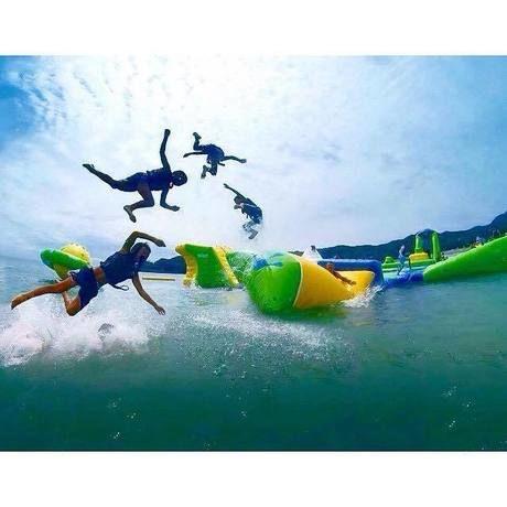 SPLASH WATERPARKで飛び跳ねる人々