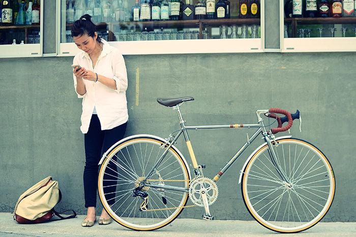 女性とお洒落な店先に止められたドッペルギャンガーの自転車