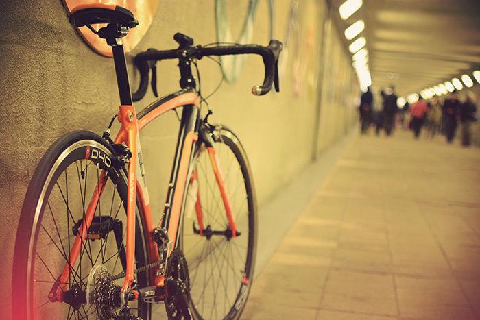 トンネルの壁際に止められたドッペルギャンガーの自転車