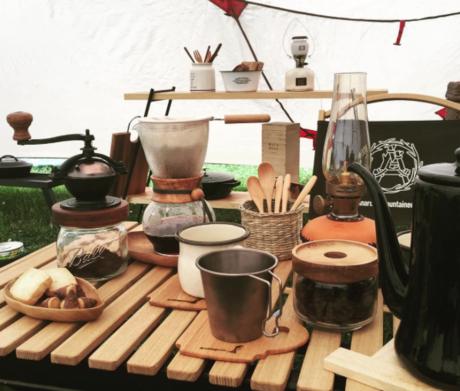 キャンプ場でのティータイムのテーブルの様子