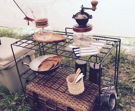 カフェのサイトに置かれたコーヒーとお茶のグッズ