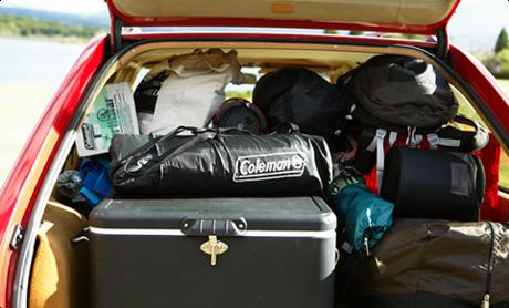 トランクに積み込まれたたくさんのキャンプギア