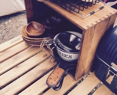 カラトリー類と一緒に木の箱に収納されたシェラカップ