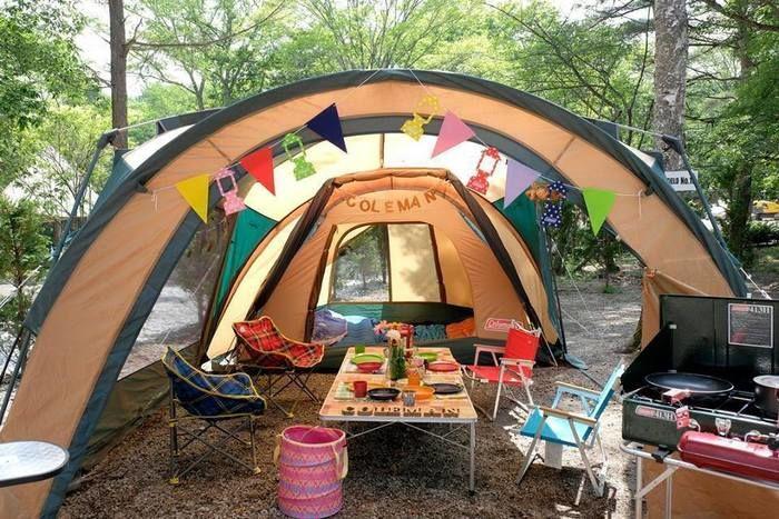 飾り付けられたテントと前室でキャンプを楽しむ様子