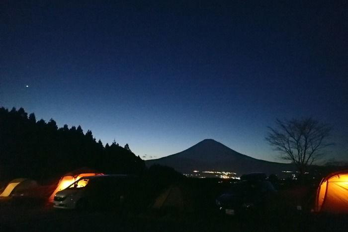 夕暮れ時のキャンプ場から見た富士山