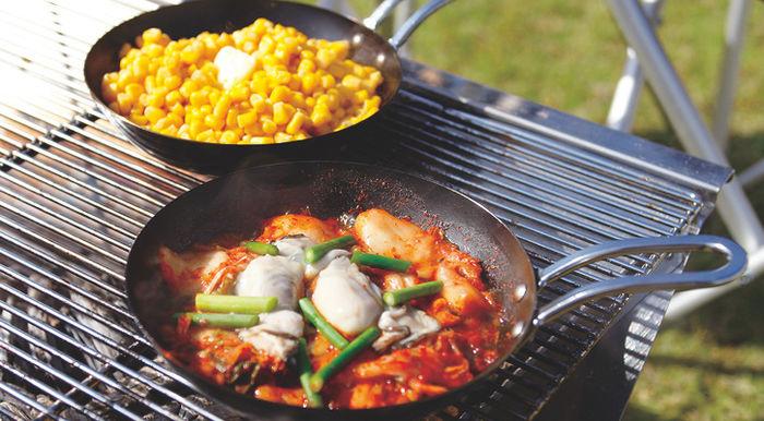 ユニフレームのアウトドア用品を使った調理の例