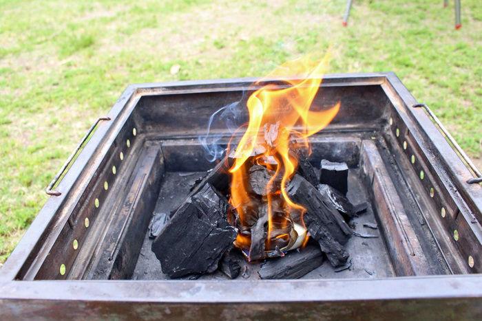 バーベキューグリルの中で燃える炭