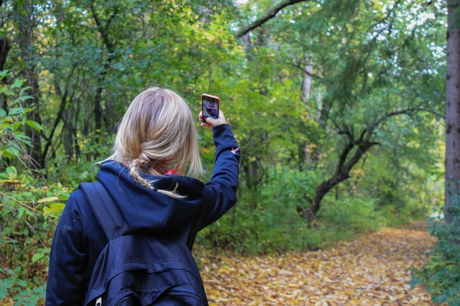 山道で写真を撮る女性