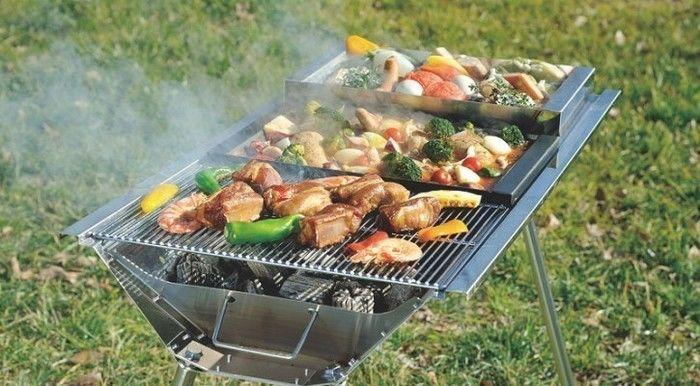 バーベキューコンロを用いてお肉や野菜を焼く様子