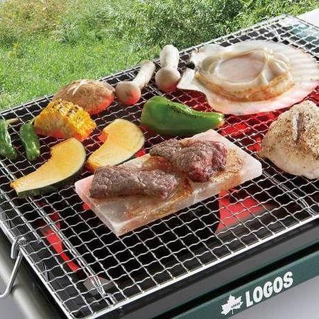 バーベキューコンロでお肉や野菜を焼く様子