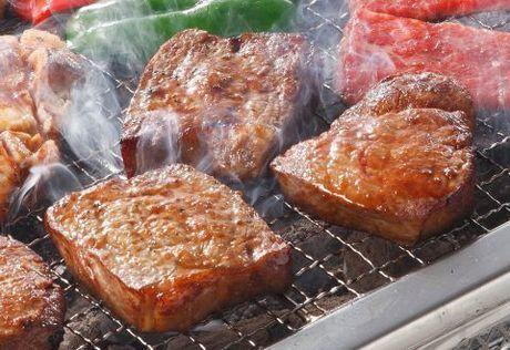 網の上で美味しそうに焼けているお肉