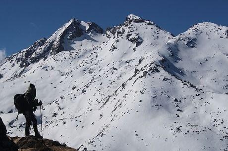 雪山で登山をする人