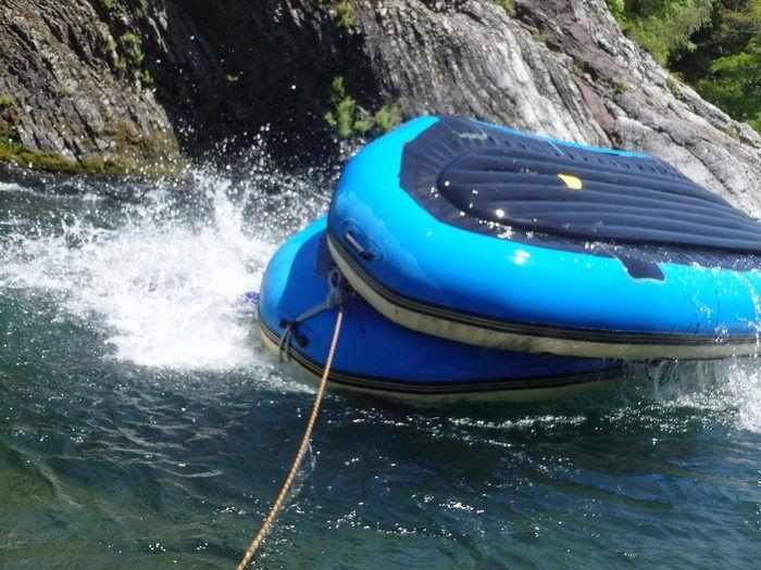 ひっくり返るラフティングボート