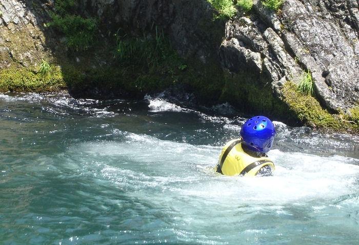 岩からジャンプして川に飛び込んだ人