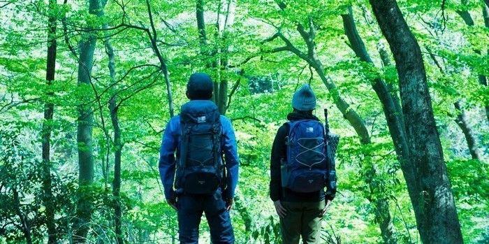 カリマーのリュックを背負って登山をする人々