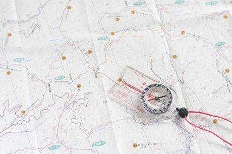 地図常に置かれた方位磁針