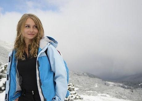 雪山わおバックに微笑む金髪の外国人女性