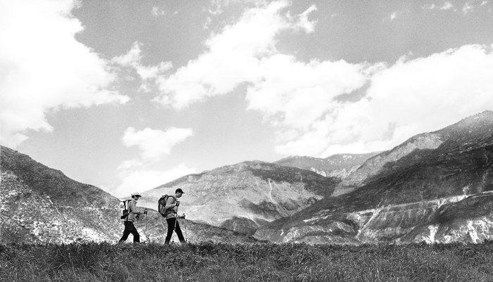 ヘリーハンセンの商品を身にまとい山登りをする男女