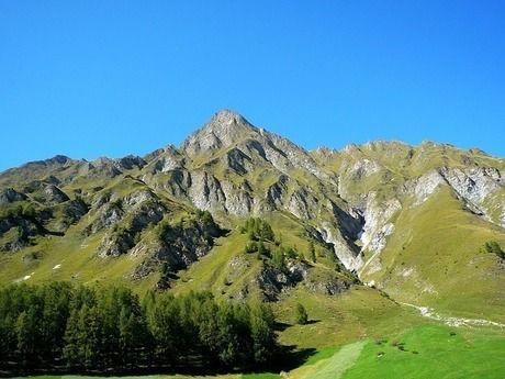 夏の青空と山