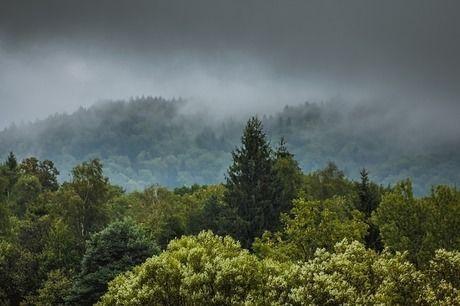 雨雲がかかる山
