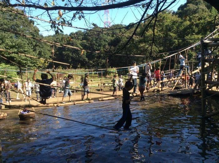 フィールドアスレチック横浜つくし野コースの水辺のアスレチックで遊ぶ子供