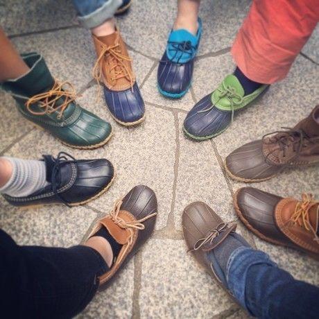 L.L.Beanの様々なブーツを履き円形に足を出す人々