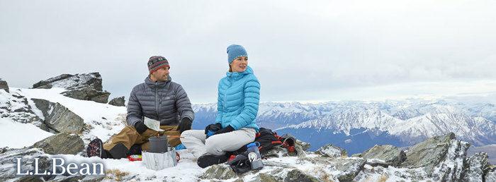 雪山でランチする夫婦