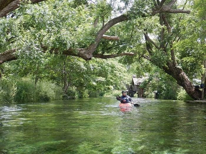 奥多摩の川をカヤックで進む様子