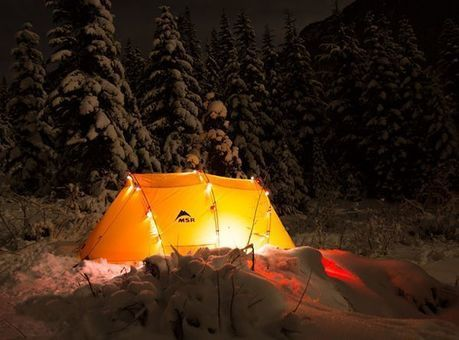 雪の上に設営されたMSRのテント