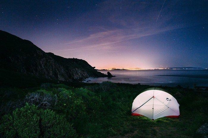 朝日のもとで輝くMSRのテント