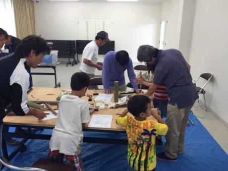 スノーピーク箕面自然館の竹細工の教室を体験する子供