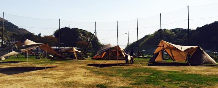 芝生に張られたスノーピークの様々なテント