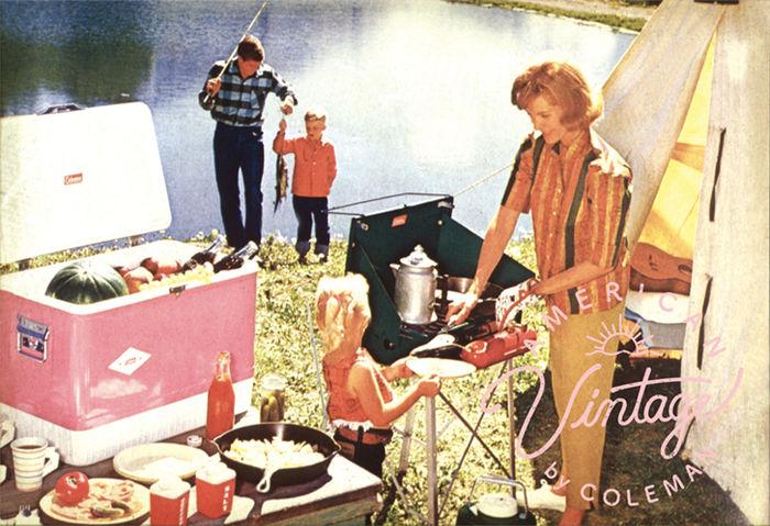コールマンのビンテージシリーズでキャンプを楽しむ人々を描いたレトロな広告