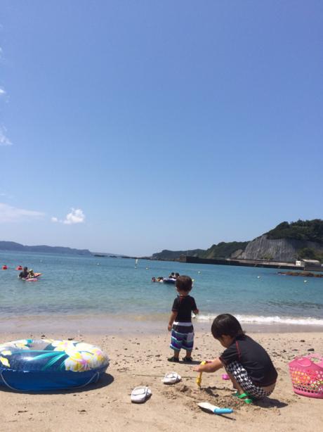 浜辺で遊ぶ子供たち