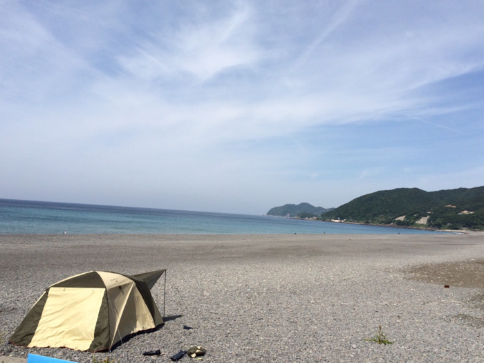 浜辺に設置されたテント