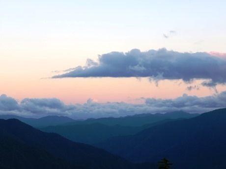西穂高岳の山小屋から見える夕焼けと雲海