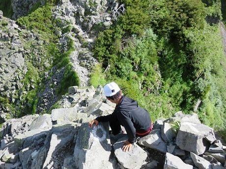 独標から山道を下る子供