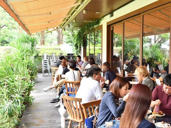 URBAN BBQ Cafeで食事する人々
