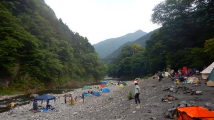 氷川キャンプ場の川沿いのキャンプサイト