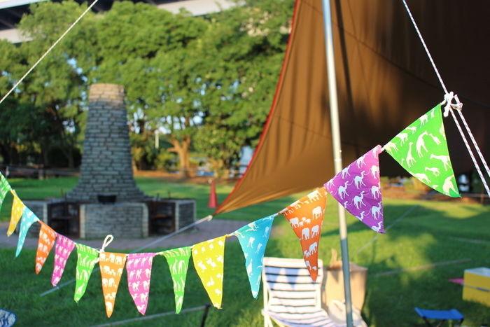 カラフルなガーランドで飾りつけしているキャンプサイトの写真