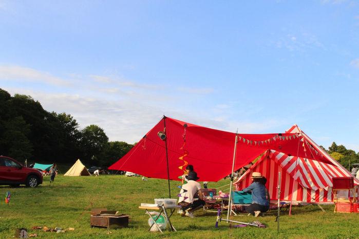 森のまきばオートキャンプ場でキャンプを楽しむ家族