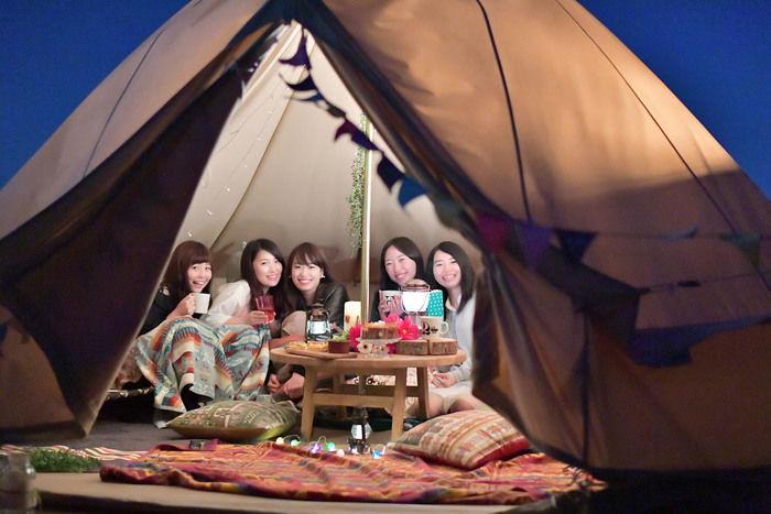 テントの中で楽しげな女性たち