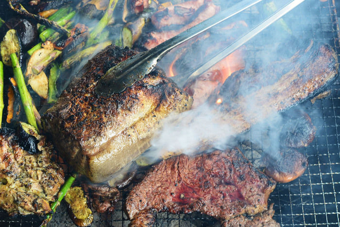 網の上で焼かれているお肉や野菜