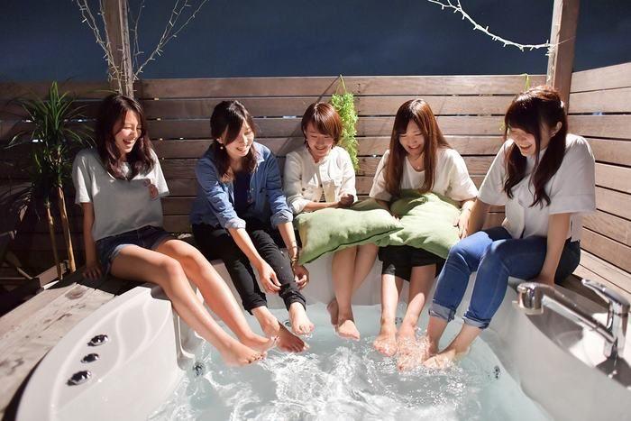 ロックヒルズガーデンで足湯を楽しむ女性たち