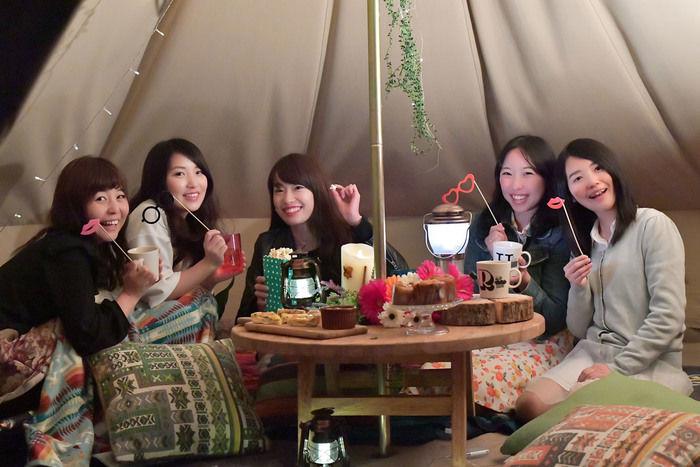 テント内で女子会を楽しむ女性たち